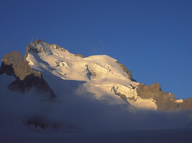 Au dessus du Glacier Blanc : Barre Noire (3751 m), Barre ( 4102 m) et Dôme de Neige (4015 m) des Ecrins. Alpinisme dans Massif des Ecrins, Briançonnais, Vallouise, Hautes Alpes.
