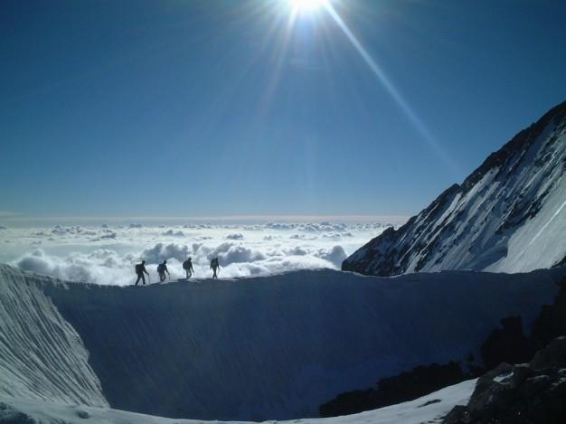 Une cordée au sommet du Dôme de Neige des Ecrins (4015 m). Alpinisme dans le massif des Ecrins, Briançonnais, Vallouise, Haute Alpes.