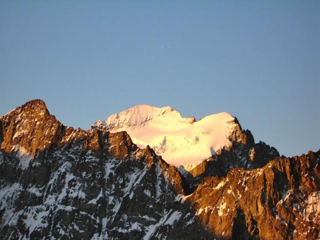 La barre des Ecrins et le Dôme, vue depuis le refuge Adèle Planchard. A gauche au premier plan : la Roche Faurio. Alpinisme dans le massif des Ecrins, Oisans.