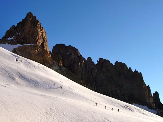 Sur le Glacier supérieur des Agneaux, en montant à la Grande Ruine. A gauche : Roche Méane. Alpinisme dans le massif des Ecrins, Oisans.