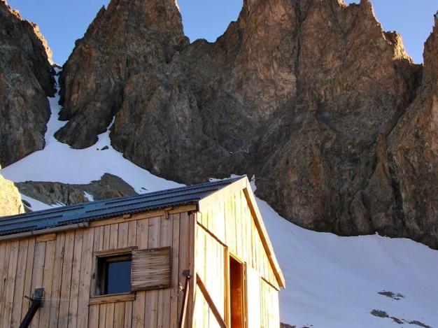 L'ancien refuge Adèle Planchard (3169 m). En arrière plan les Clochers de l'Alpe (Petit et Grand). Alpinisme dans le massif des Ecrins, Oisans.