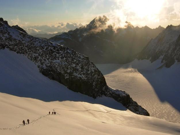 Montée à la Roche Faurio. En dessous le Glacier Blanc. Au fond les Agneaux.