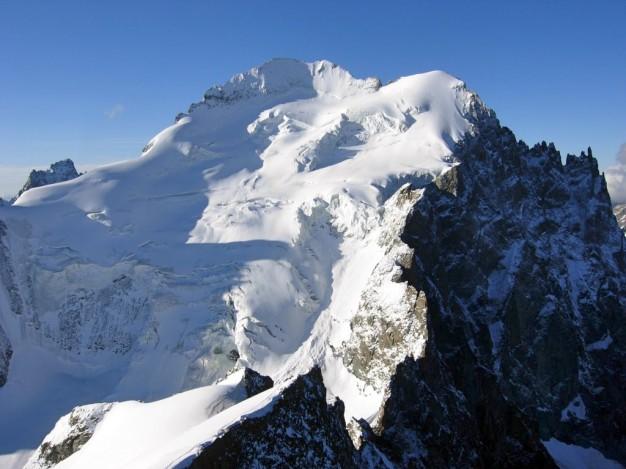 Barre des Ecrins (4012 m), face nord. Vue depuis la Roche Faurio. Alpinisme avec les guides de haute montagne de Serre Chevalier dans le massif des Ecrins, Briançonnais, Hautes Alpes.
