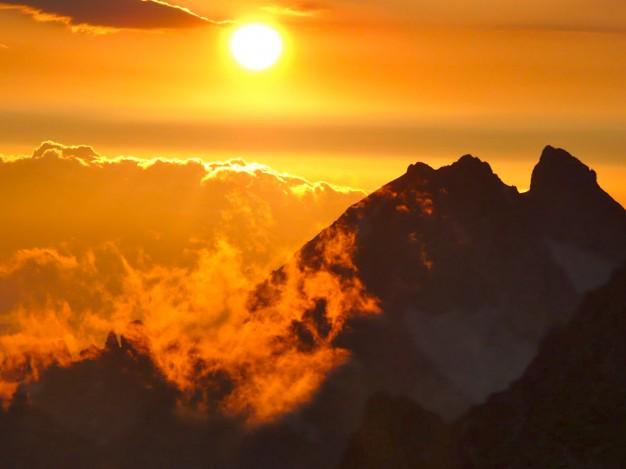 Les Agneaux (3664 m), vu depuis la montée à la Barre Des Ecrins. Alpinisme dans le massif des Ecrins, Briançonnais, hautes Alpes.
