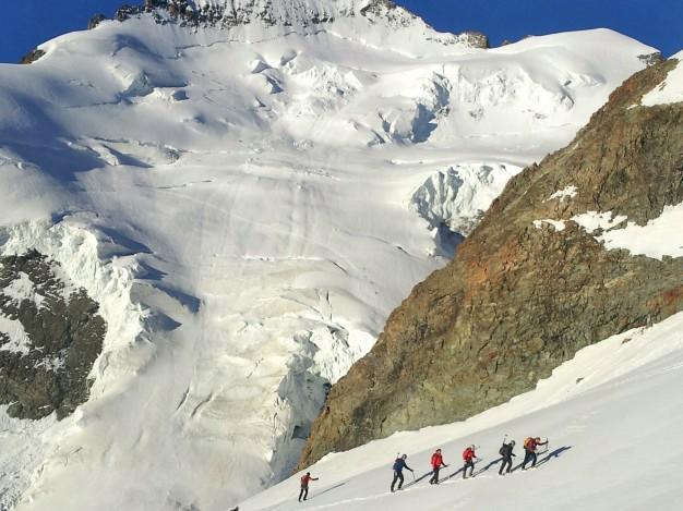 Montée à la Roche Faurio, derrière la Barre des Ecrins. Alpinisme dans le massif des Ecrins, Briançonnais.
