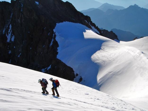 Arrivée au sommet du Pelvoux, Pointe Puiseux (3943 m). Alpinisme dans le massif des Ecrins, Briançonnais, Hautes Alpes.