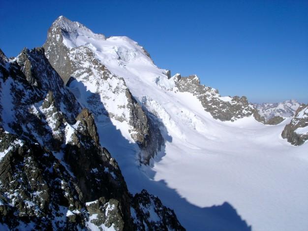 La Barre des Ecrins (4102 m), dont la face nord domine le Glacier Blanc, itinéraire de la voie normale. Alpinisme avec les guides de haute montagne de Serre Chevalier. Massif des Ecrins, Briançonnais, Hautes Alpes.