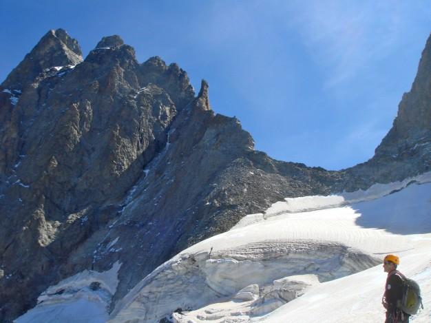 Le Grand Pic de la Meije et son arête ouest qui se termine à la brèche de la Meije. Alpinisme dans le massif des Ecrins, Oisans.