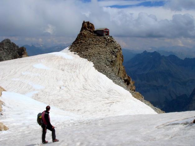 Arrivée à l'ancien refuge de l'Aigle. Alpinisme dans le massif des Ecrins, Oisans.