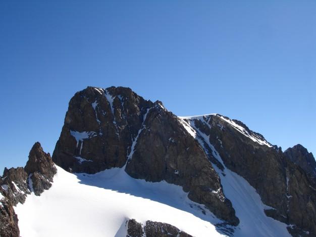 Pelvoux, pointe Puiseux (3943 m). A droite le couloir Coolidge, par où passe la voie normale. Alpinisme dans le massif des Ecrins, Briançonnais, Hautes Alpes.