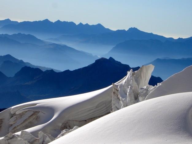 Depuis le glacier des Violettes, vue vers l'Est. Alpinisme dans le massif des Ecrins, Briançonnais, Hautes Alpes.