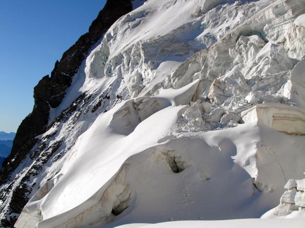 Les Trois Dents du Pelvoux (3683 m) et le glacier des Violettes. Alpinisme dans le massif des Ecrins, Briançonnais, Hautes Alpes.