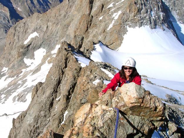 Sur l'arête ouest du Râteau Ouest. En dessous à droite, le glacier de la Girose. Alpinisme, massif des Ecrins, Oisans.
