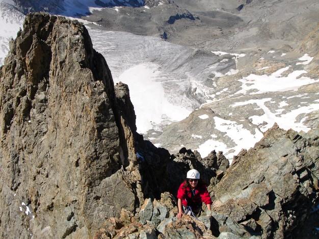 Escalade sur l'arête ouest du Râteau Ouest. En dessous, le glacier de la Selle. Alpinisme, massif des Ecrins, Oisans.