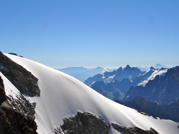 Cordée sur l'arête sud du Râteau Est, vue depuis le Râteau Ouest. Au fond, les Agneaux et le Viso. Alpinisme dans le massif des Ecrins, Oisans.