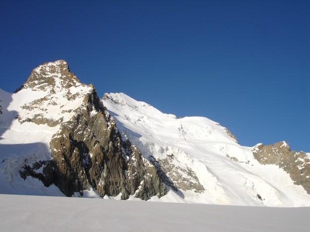 Depuis le Glacier Blanc, Barre Noire et la Barre des Ecrins. Randonnée glaciaire dans le massif des Ecrins, Briançonnais, Hautes Alpes.