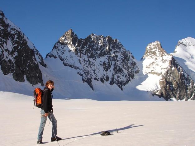 Sur le Glacier Blanc, au fond à droite la Barre des Ecrins (4102 m). Alpinisme avec les guides de haute montagne de Serre Chevalier. Massif des Ecrins, Briançonnais, Hautes Alpes.