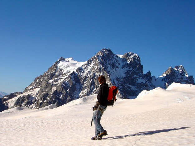 École de Glace sur le Glacier Blanc. Au fond, le Pelvoux. Massif des Ecrins, Hautes Alpes.