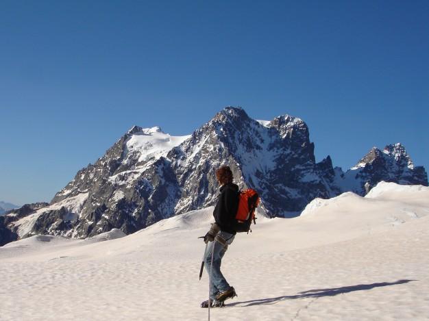 Sur le Glacier Blanc, au fond le Pelvoux. Randonnée glaciaire dans le massif des Ecrins, Briançonnais, Hautes Alpes.