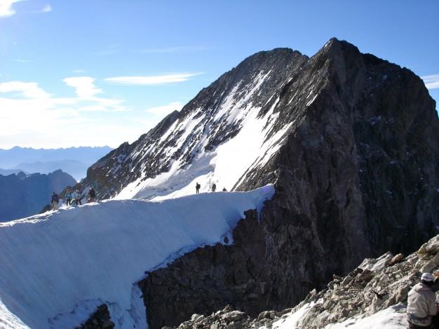 Arrivée au Dôme de Neige des Ecrins (4015m). Alpinisme avec les guides de haute montagne de Serre Chevalier. Massif des Ecrins, Briançonnais, Hautes Alpes.