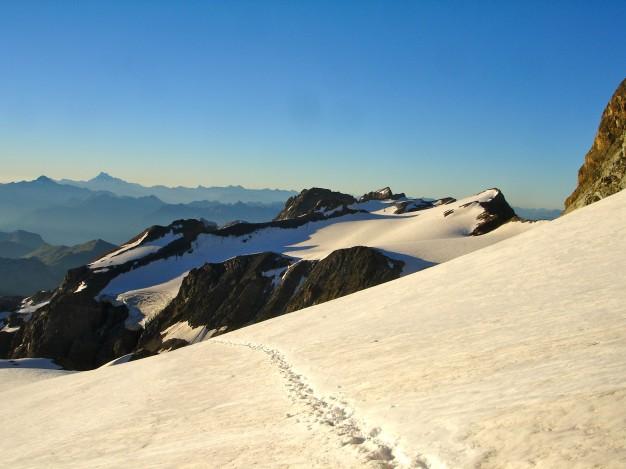 Sur le glacier du Monêtier en montant aux Agneaux. A l'arrière plan le Dôme du Monêtier et au fond à gauche le Viso. Alpinisme, massif des Ecrins, Briançonnais, Hautes Alpes.