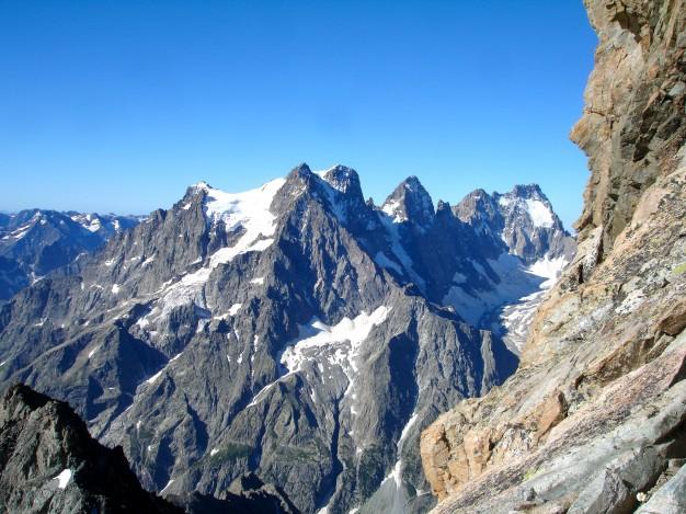 Depuis l'arête sud des Agneaux, vue sur le Pelvoux, le Pic Sans Nom et les Ailefroides. Alpinisme, massif des Ecrins, Briançonnais, Hautes Alpes.