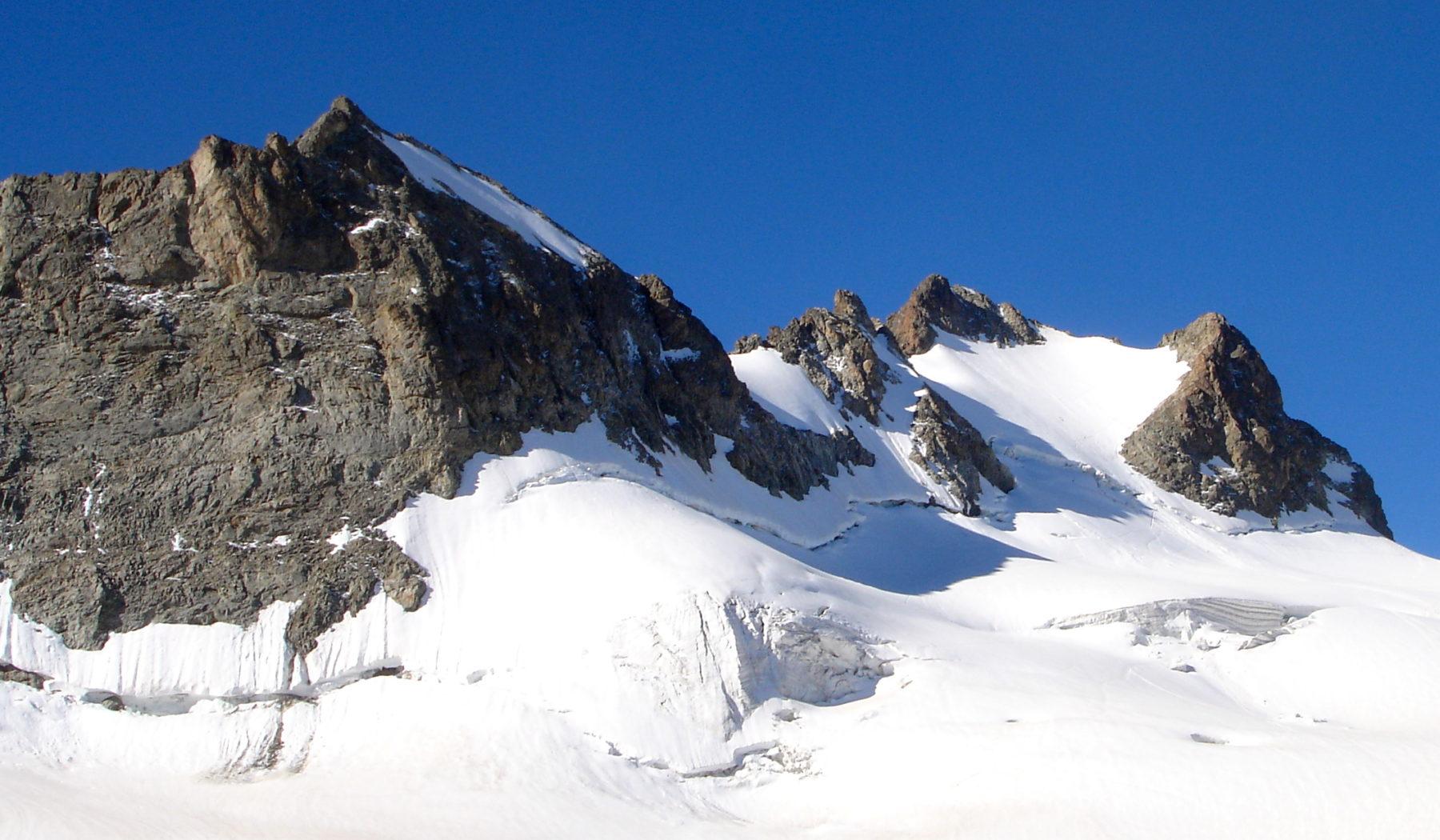 Randonnée glaciaire sur le glacier de la Girose avec les guides de haute montagne de Serre Chevalier. Massif des Ecrins, Briançonnais, Hautes Alpes.