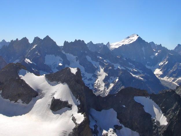 Vue vers les Ecrins depuis le Pic de la Grave (3667 m). Au premier plan la Tête du Replat et le glacier de la Selle. Alpinisme dans le massif des Ecrins, Oisans.