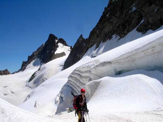 Randonnée glaciaire sur le glacier de la Girose avec les guides de haute montagne de Serre Chevalier. Au fond le sommet du Râteau Ouest. Massif des Ecrins, Briançonnais, Hautes Alpes.