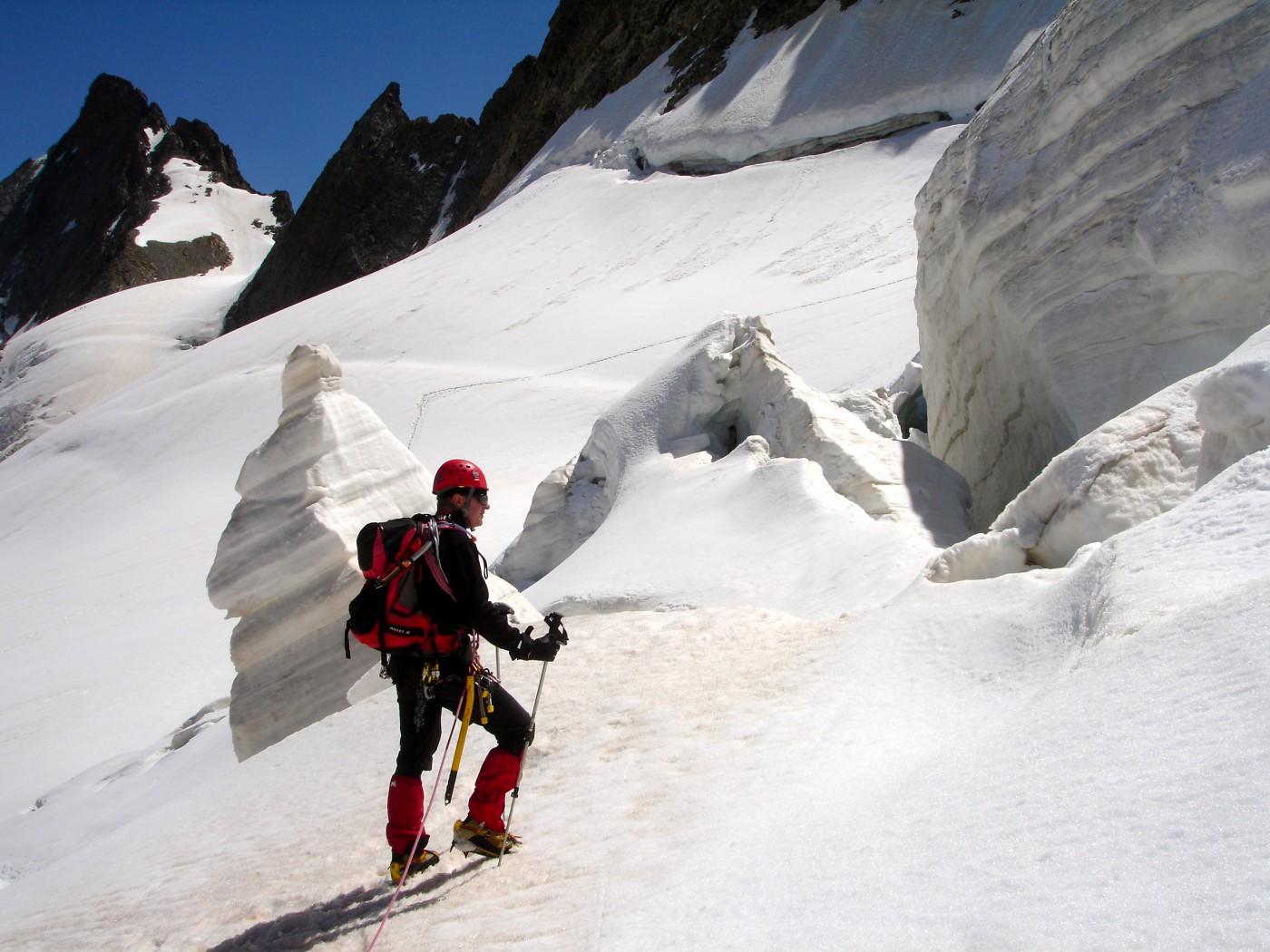 Randonnée glaciaire sur le glacier de la Girose avec les guides de haute montagne de Serre Chevalier. Au fond à gauche le sommet du Râteau Ouest. Massif des Ecrins, Briançonnais, Hautes Alpes.