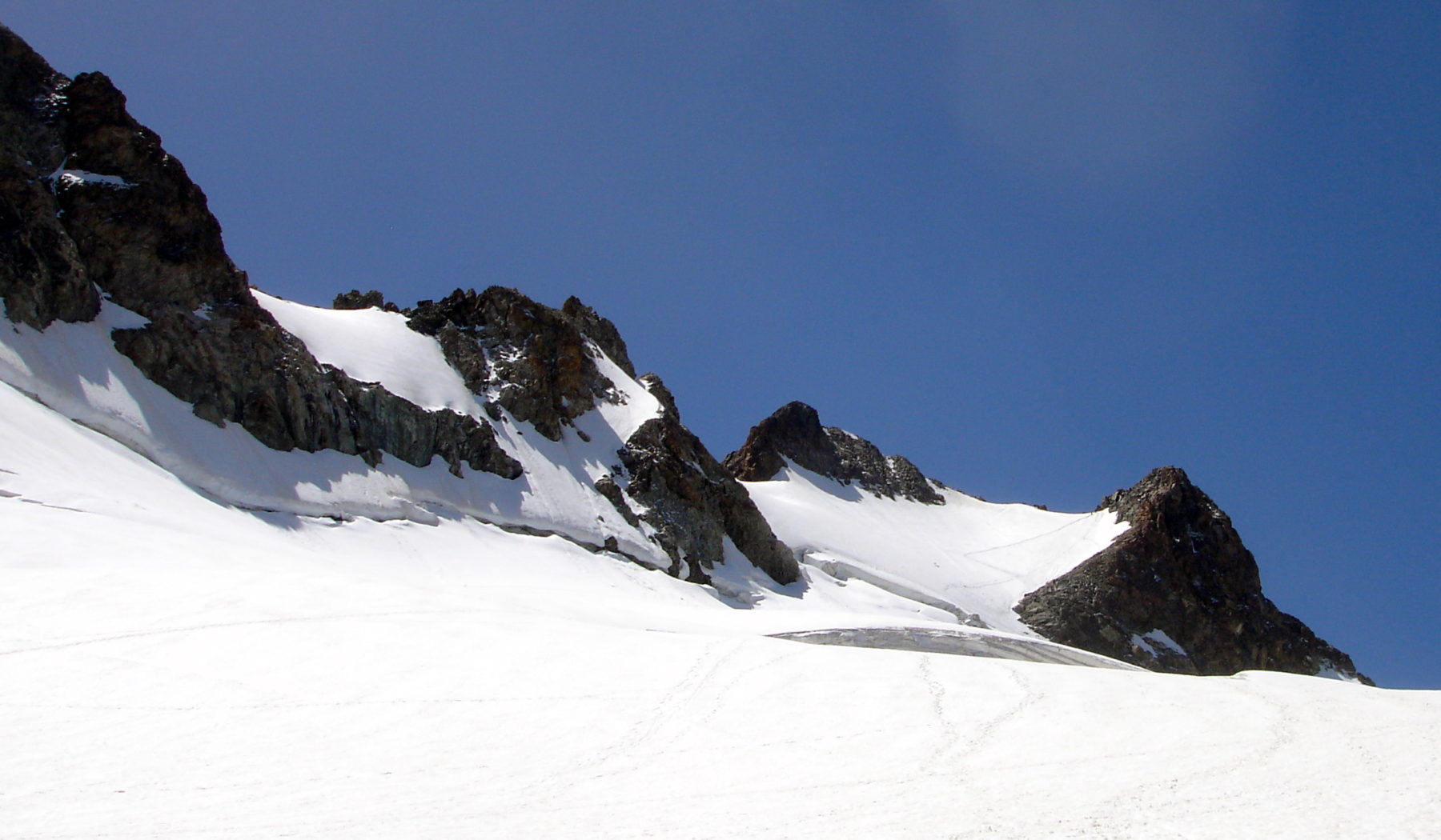 Randonnée glaciaire sur le glacier de la Girose avec les guides de haute montagne de Serre Chevalier. Au fond à droite le Pic de la Grave. Massif des Ecrins, Briançonnais, Hautes Alpes.