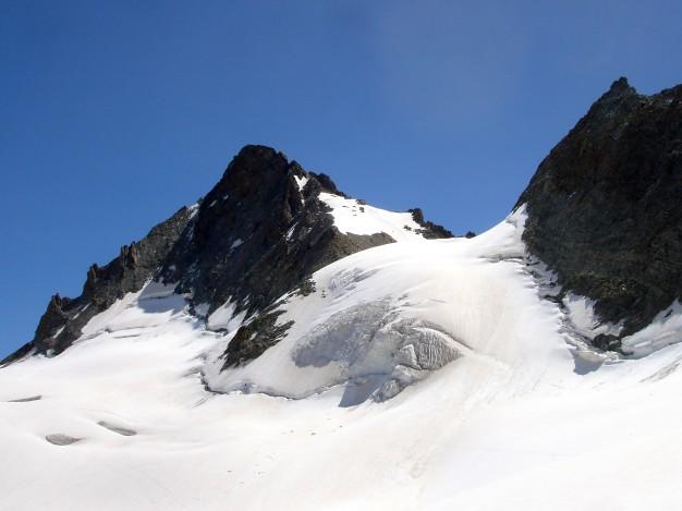 Randonnée glaciaire sur le glacier de la Girose avec les guides de haute montagne de Serre Chevalier. Au fond, le sommet du Râteau Ouest. A gauche, le col Trifide et à droite, le col de la Girose et la Pointe Dosia. Massif des Ecrins, Briançonnais, Hautes Alpes.