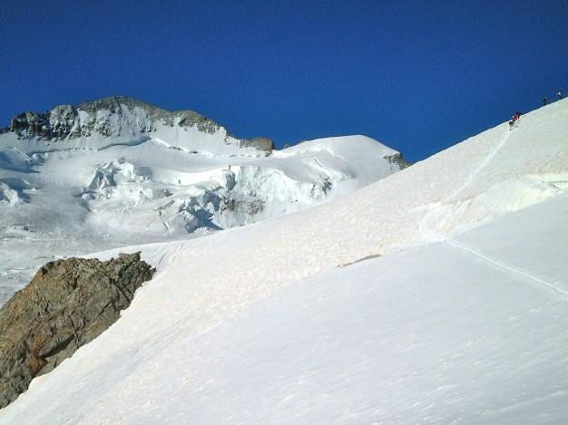 En montant à la Roche Faurio. Au fond la Barre des Ecrins et le Dôme de Neige des Ecrins. Massif des Ecrins, Hautes Alpes.