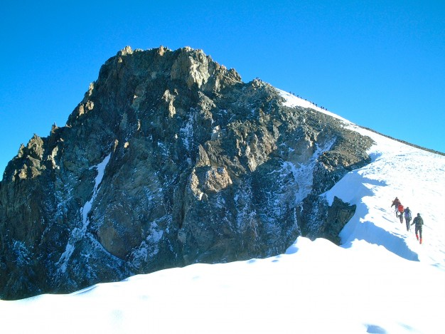 En montant à la Roche Faurio. Au fond, le sommet. Massif des Ecrins, Hautes Alpes.