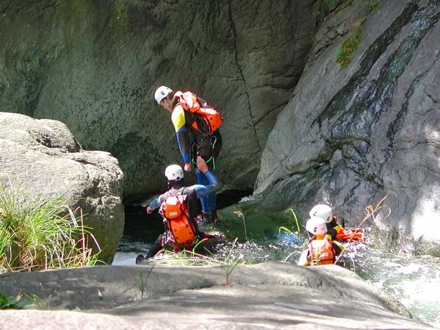 Départ de saut dans le canyon de Caprie. Canyoning avec les guides de Serre Chevalier, Val de Susa (Italie).