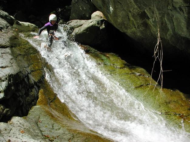 Toboggan dans le canyon de Caprie. Canyoning avec les guides de Serre Chevalier, Val de Susa (Italie).