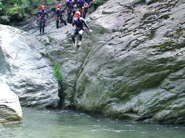 Saut dans le canyon de Caprie. Canyoning avec les guides de Serre Chevalier, Val de Susa (Italie).