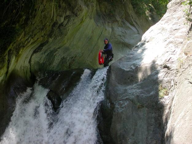 En haut du grand toboggan (12 m) dans le canyon de Caprie. Canyoning avec les guides de Serre Chevalier, Val de Susa (Italie).