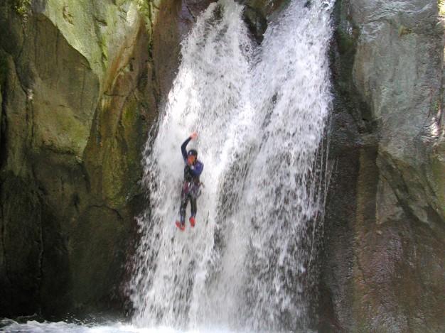 Le grand toboggan (12 m) dans le canyon de Caprie. Canyoning avec les guides de Serre Chevalier, Val de Susa (Italie).