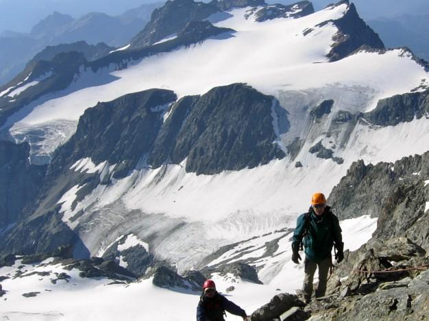 Arrivée au sommet des Agneaux (3664 m). Alpinisme, massif des Ecrins, Briançonnais, Hautes Alpes.