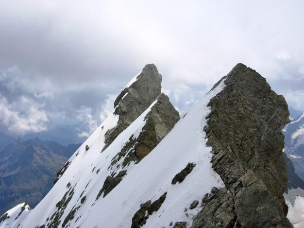 Traversée de la Meije : sur les arêtes, au fond le Doigt de Dieu (3973 m). Alpinisme dans le massif des Ecrins, Oisans.