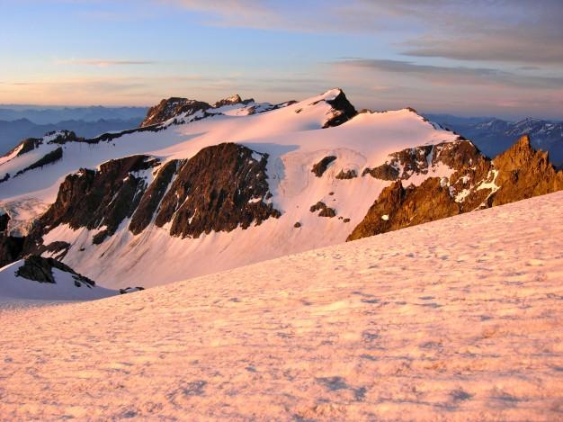 En montant aux Agneaux, vue sur le Dôme du Monêtier (3878 m). Alpinisme, Massif des Ecrins, Briançonnais, Hautes Alpes.