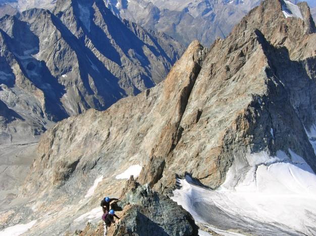 Sur l'arête ouest du Râteau Ouest (3769 m). Alpinisme dans le massif des Ecrins, Oisans.