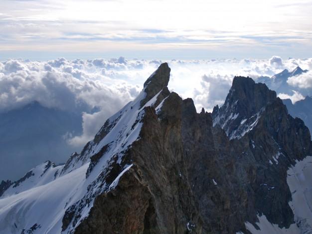 Traversée de la Meije : depuis le Grand Pic, les arêtes, le Doigt de Dieu et le Pic Gaspard à droite. Alpinisme dans le massif des Ecrins, Oisans.