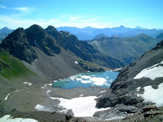 En descendant du Dôme du Monêtier, vue sur le lac de l'Eychauda. Alpinisme, massif des Ecrins, hautes Alpes.