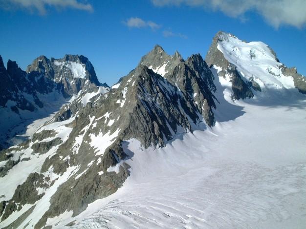 Glaciers Noir à gauche (avec les Ailefroides) et Blanc à droite (avec la Barre des Ecrins), vus depuis le Pic du Glacier d'Arsine. Alpinisme, massif des Ecrins, Briançonnais, Hautes Alpes.