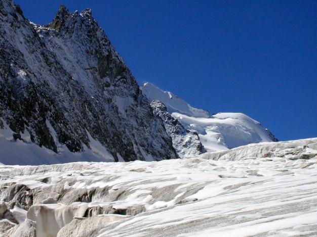 Sur le Glacier Blanc, au fond la Barre des Ecrins. Randonnée glaciaire dans le massif des Ecrins, Briançonnais, Hautes Alpes.