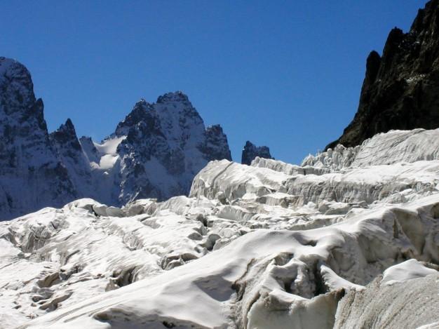 Sur le Glacier Blanc, au fond le Pic Sans Nom. Randonnée glaciaire dans le massif des Ecrins, Briançonnais, Hautes Alpes.