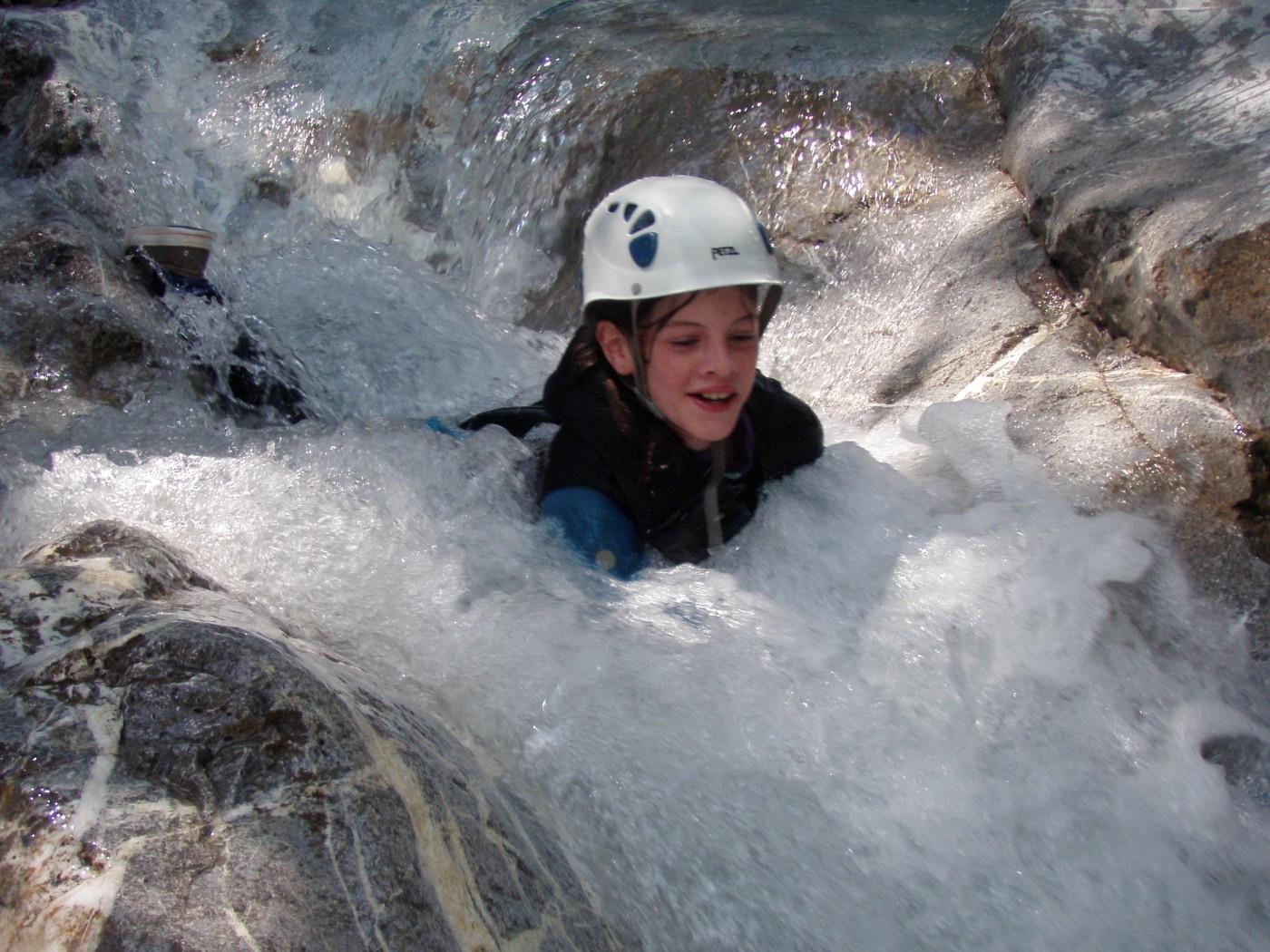 Toboggan dans le canyon du Fournel. Canyoning, Serre Chevalier, Briançonnais.