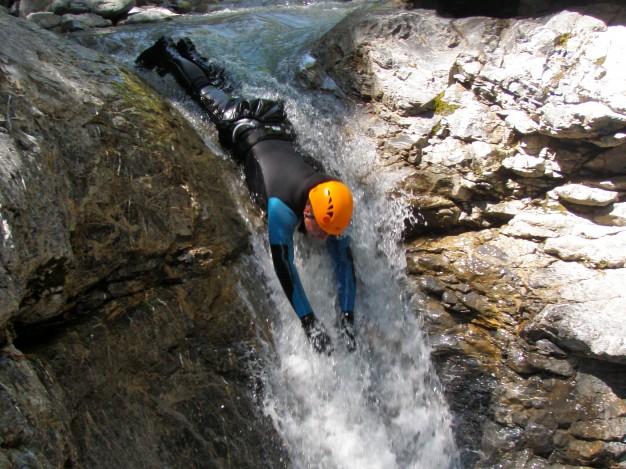 Toboggan dans le canyon du Fournel. Canyoning, Bureau des Guides de Serre Chevalier, Briançonnais.